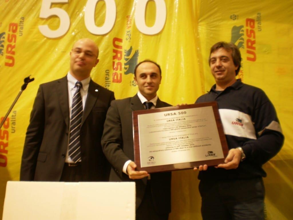 Simone Marescotti e Fausto Aleotti dello stabilimento di Bondeno ricevono il premio da Alejandro Moreno