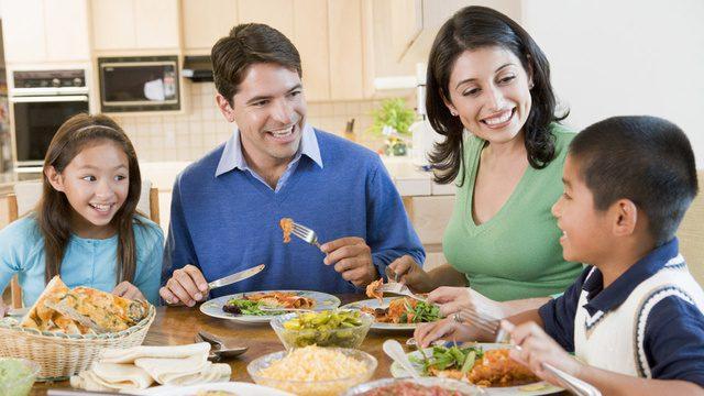 mangiare in famiglia: si evita il sovrappeso
