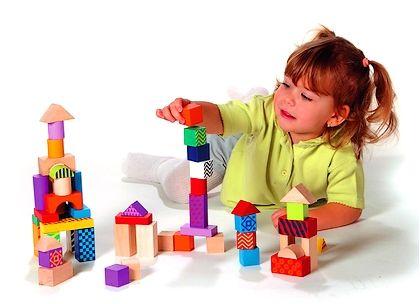 bambina che gioca