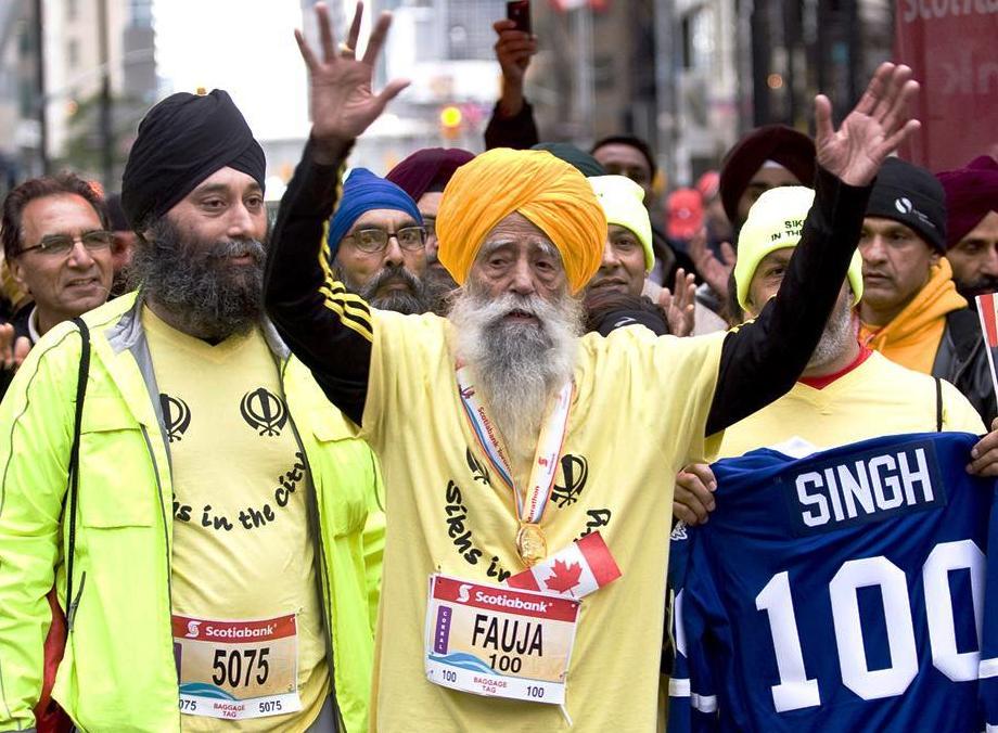 Fauja Singh corre la maratona a 101 anni