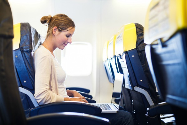 Internet in volo, il via libera dell'Europa alle compagnie aeree