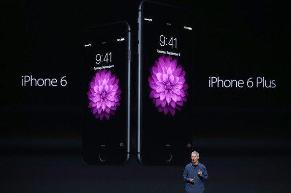 Tim Cook, CEO di Apple, presenta l'iPhone 6