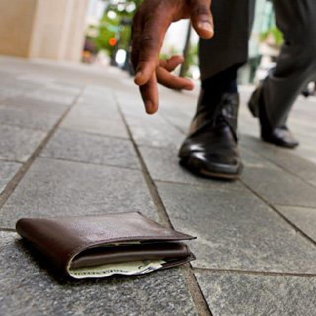 Disoccupata trova un portafogli e lo restituisce: il proprietario le offre un lavoro