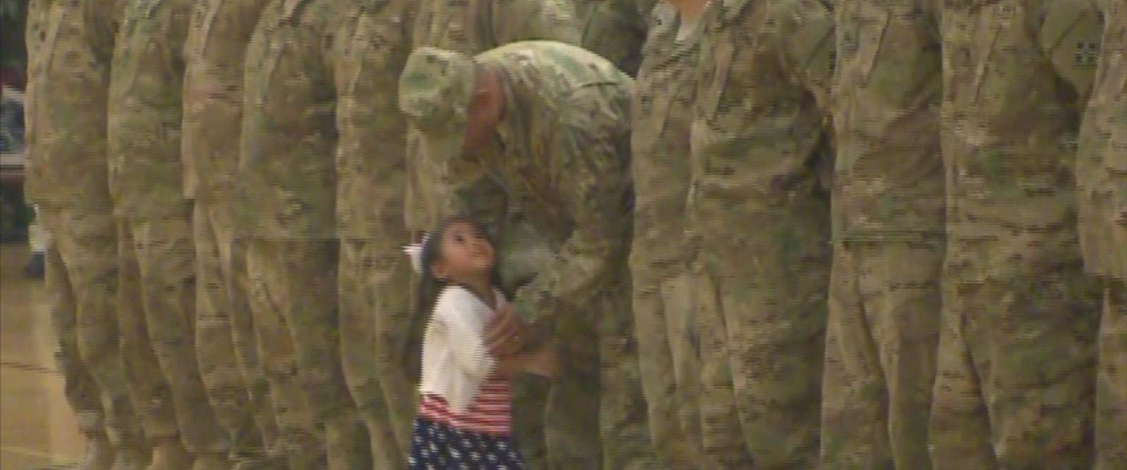 Il padre marine torna dal Kuwait, la bambina interrompe la cerimonia per abbracciarlo [VIDEO]