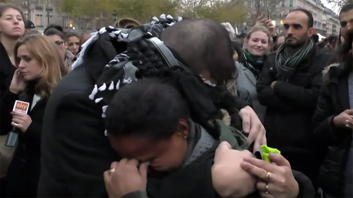 Il musulmano si benda e chiede un abbraccio. E i parigini reagiscono così [VIDEO]