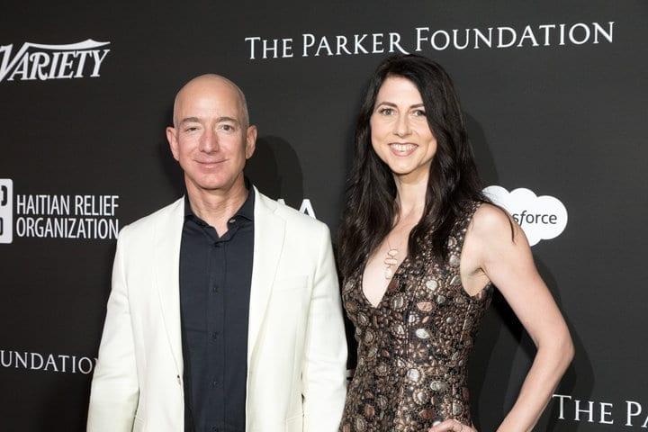 Il CEO di Amazon Jeff Bezos e sua moglie MacKenzie Bezos (Photo by Greg Doherty/Patrick McMullan via Getty Image)