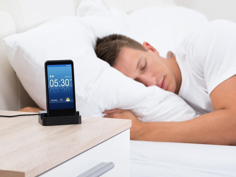 Dormire con il cellulare o il Wi-fi acceso fa venire il cancro?