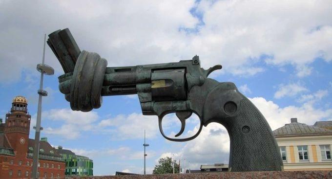 Questa gigantesca pistola annodata è un manifesto di non violenza