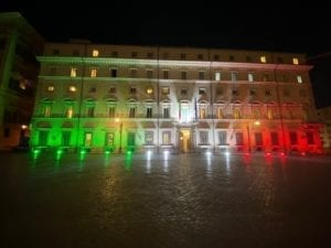 18 maggio. Coronavirus fase 2. L'Italia riparte. Palazzo Chigi illuminato con il tricolore