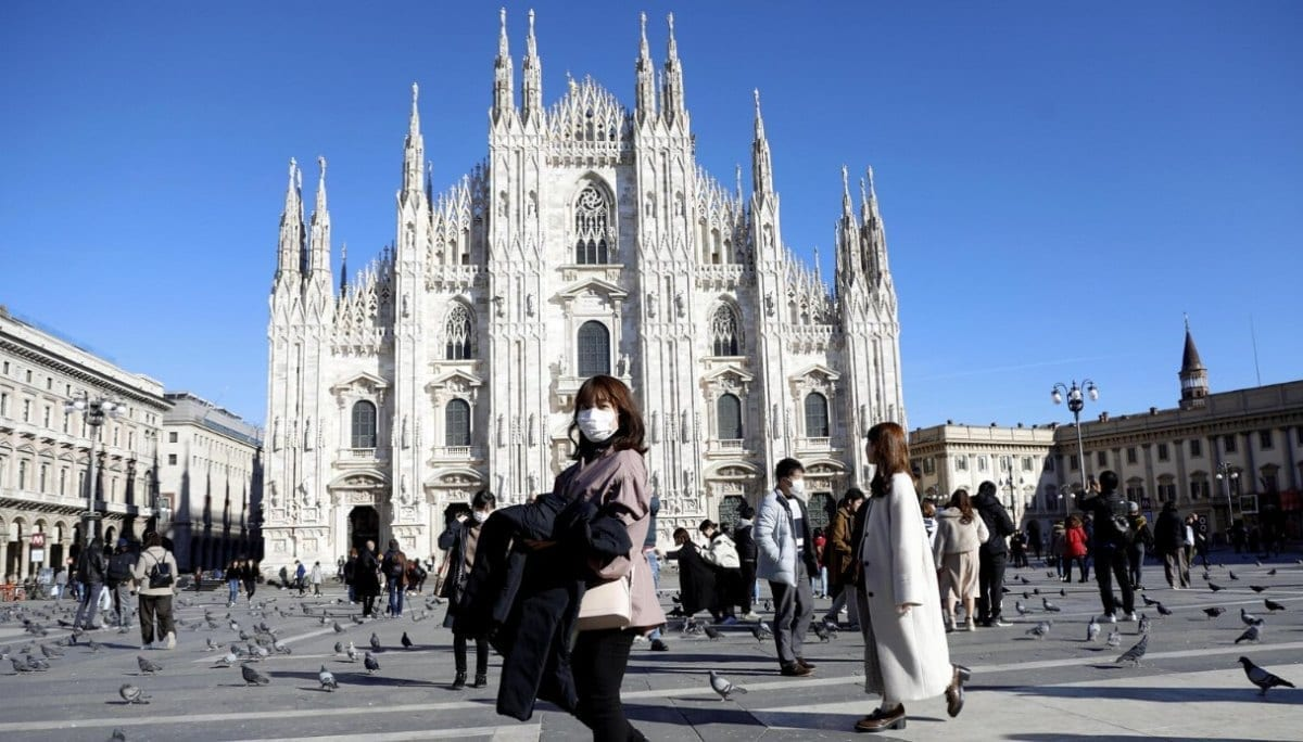 Coronavirus in Lombardia: Piazza Duomo a Milano comincia a riempirsi di passanti