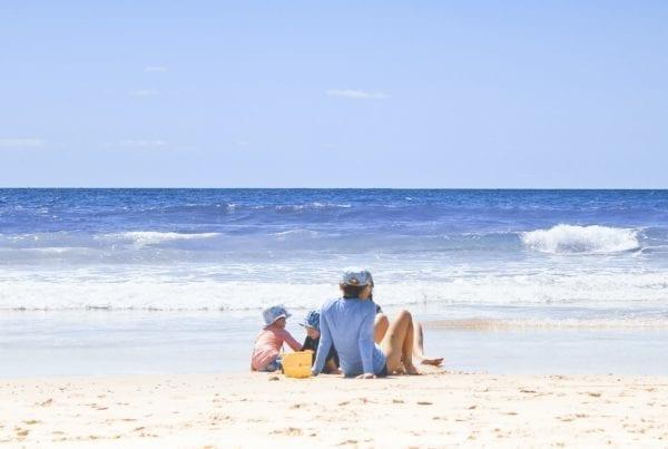 Bonus vacanze estate 2020_famiglia_in_piaggia_unsplash_weiqi_xiong