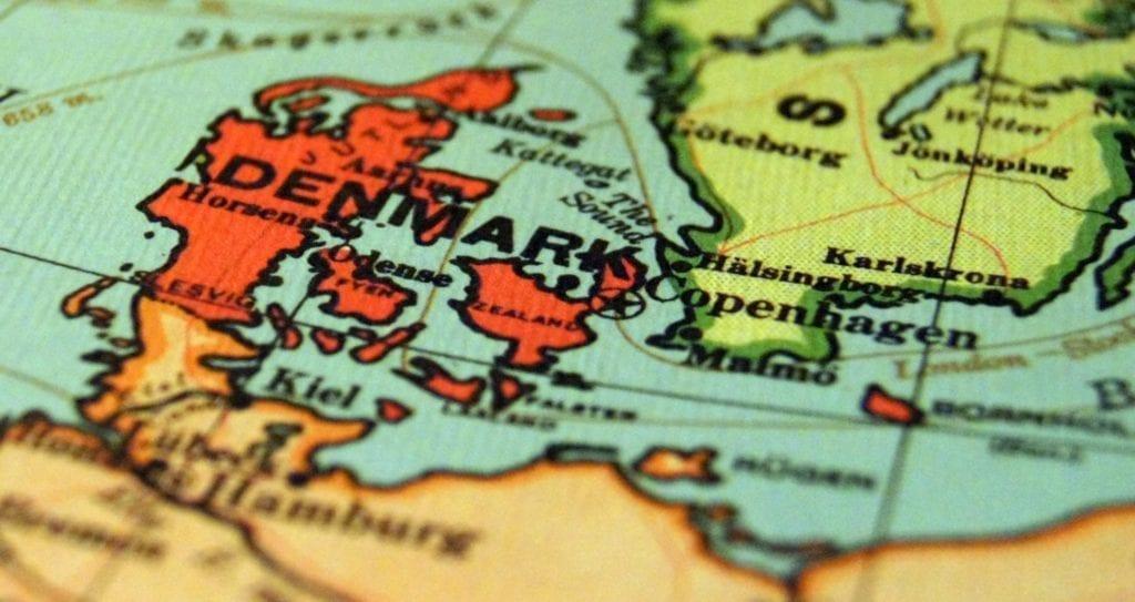 Cambiamento climatico? La Danimarca dice no e propone le sue soluzioni. La Danimarca propone delle soluzioni contro il cambiamento climatico. L'obiettivo? Diventare carbon neutral entro il 2025. L'immagine rappresenta una cartina geografica raffiguante la Danimarca