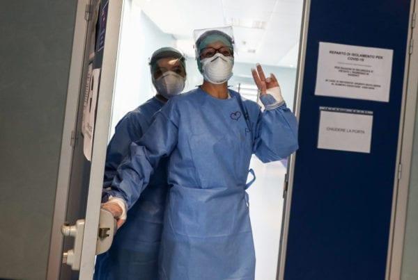 Operatori sanitari al lavoro. Ph. Alessio Guitti