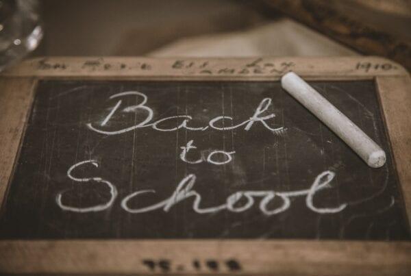 Scuola 2020: i suggerimenti per insegnare meglio e imparare di più. Nuovi test di verifica e insegnamento attivo: gli elementi per ripartire al meglio nella scuola del 2020. La foto ritrae una lavagna con la scritta in corsivo Back to School