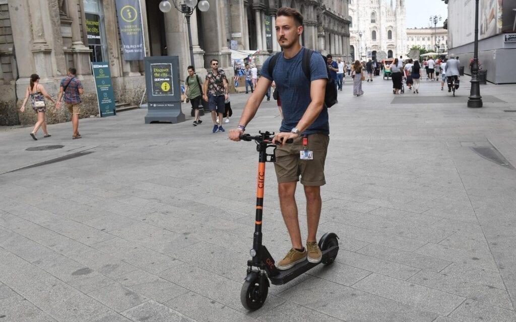 Monopattini elettrici, bonus e ambiente, non mancano le polemiche, I bonus per la mobilità sostenibile fanno esplodere la moda dei monopattini. Ambiente: sono davvero così green?