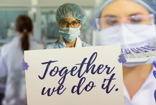 """Vaccino Covid news: l'accordo Covax per la distribuzione. L'ultima news per il vaccino Covid-19: 171 Paesi hanno firmato il Covax per la sua distribuzione equa prioritariamente ai più vulnerabili. l'immagine rappresenta un medico con un cartellone con su scritto """"Together we do it"""""""